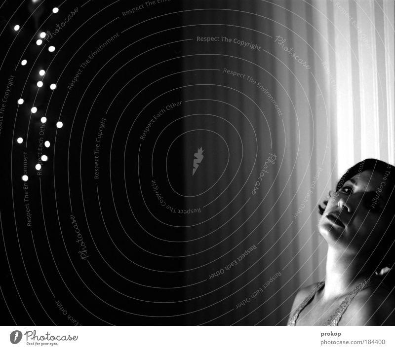 Sternschnuppin Schwarzweißfoto Innenaufnahme Kunstlicht Zentralperspektive Porträt Blick in die Kamera Nachtleben feminin Junge Frau Jugendliche Erwachsene