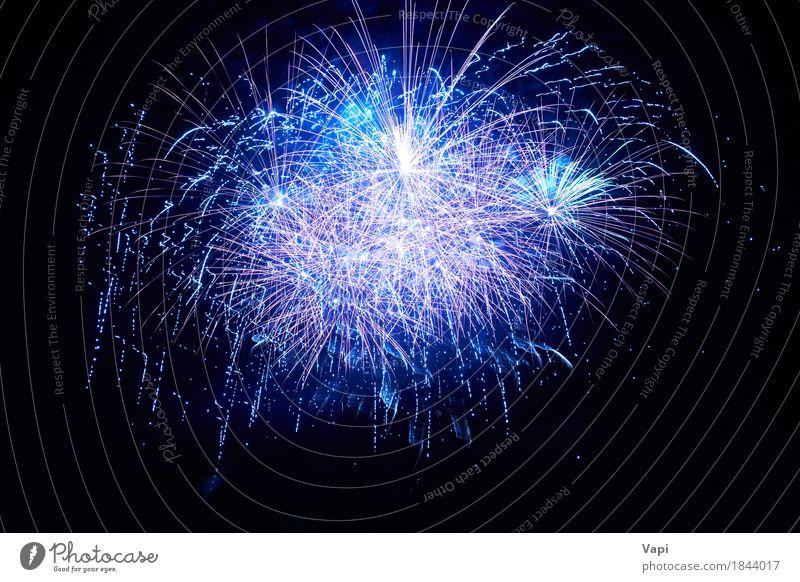 Blaues buntes Feuerwerk Himmel blau Weihnachten & Advent Farbe weiß Freude dunkel schwarz Feste & Feiern Party hell violett neu Veranstaltung
