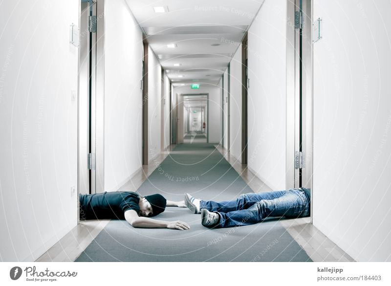 büroschlaf Farbfoto Gedeckte Farben Innenaufnahme Kunstlicht Licht Schatten Kontrast Reflexion & Spiegelung Zentralperspektive Lifestyle