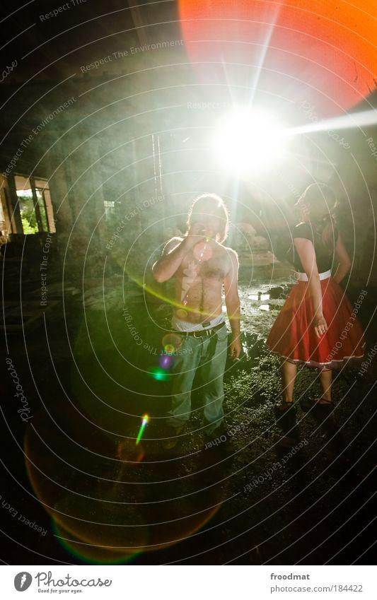 flareadair Mensch Jugendliche feminin dreckig blond maskulin Stil Sonnenlicht Coolness Jeanshose Freude Kleid Rauchen Vergänglichkeit einzigartig