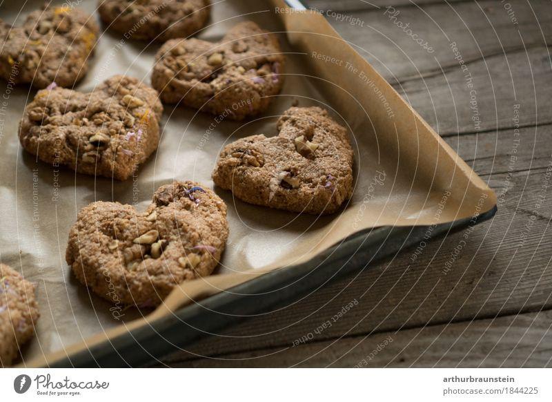 Gebackene Kekse mit Blumen in Herzform Gesunde Ernährung Gesundheit Holz Lebensmittel braun Freizeit & Hobby frisch genießen Papier Küche Süßwaren Bioprodukte