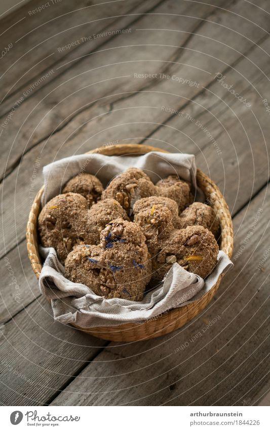 Gebackene Herzkekse mit Blumen im Korb Lebensmittel Teigwaren Backwaren Brot Brötchen Süßwaren Kräuter & Gewürze Keks Blüte Ernährung Kaffeetrinken Bioprodukte