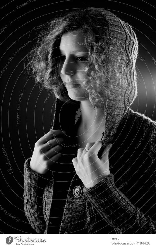 let go Schwarzweißfoto Innenaufnahme Studioaufnahme Kunstlicht Blitzlichtaufnahme Licht Schatten Kontrast Porträt Vorderansicht Halbprofil Wegsehen feminin