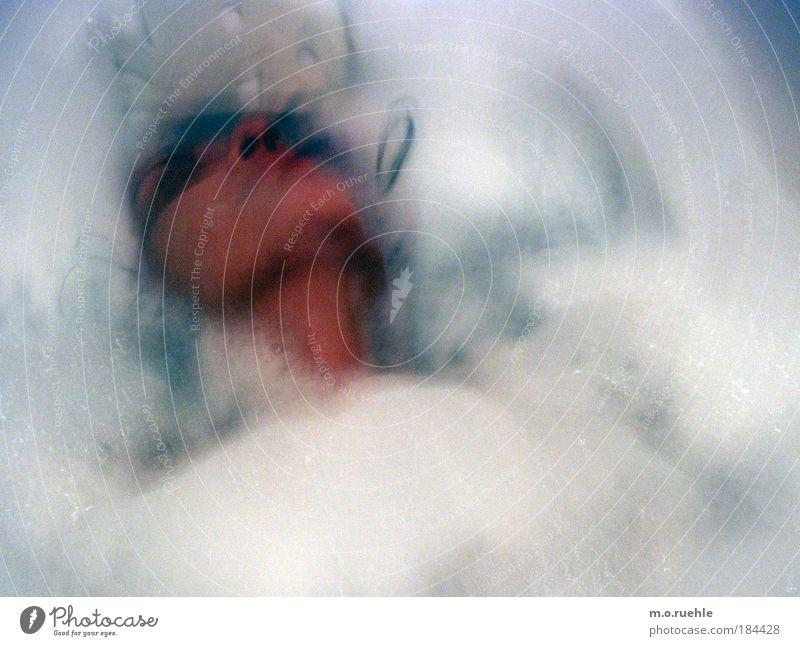 kollisionen im schaumstoff Farbfoto Innenaufnahme Experiment abstrakt Kunstlicht Vorderansicht Blick nach hinten Wegsehen geschlossene Augen Mensch Haut Kopf