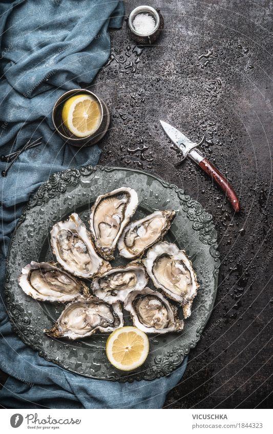 Austern mit Zitrone und Austern Messer Lebensmittel Meeresfrüchte Ernährung Mittagessen Abendessen Büffet Brunch Festessen Geschirr Teller Stil Design