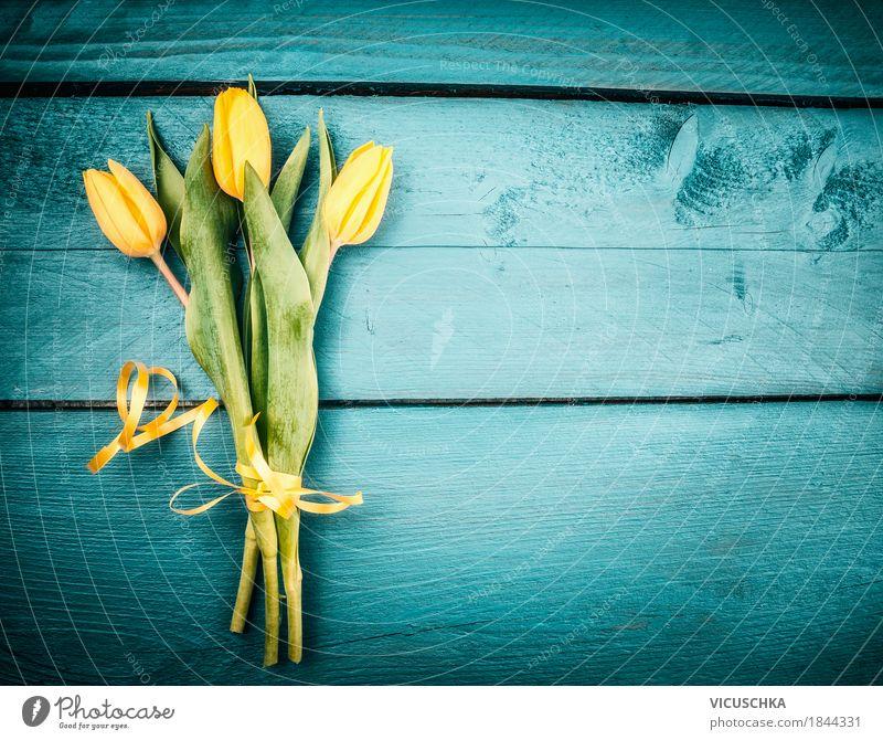 Gelbe Tulpen Blumenstrauß auf türkisblauen Hintergrund Natur Pflanze Blatt Freude gelb Blüte Liebe Frühling Stil Feste & Feiern Design Dekoration & Verzierung