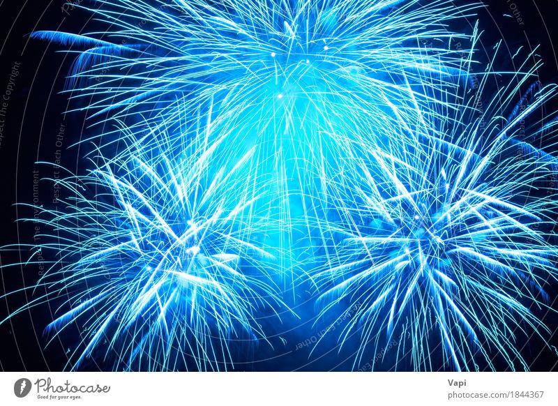 Blaues buntes Feuerwerk Himmel blau Weihnachten & Advent Farbe weiß Freude dunkel schwarz Kunst Freiheit Feste & Feiern Party hell neu Veranstaltung