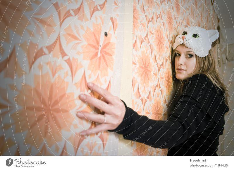 papergirl Farbfoto Gedeckte Farben Innenaufnahme Tag Licht Weitwinkel Oberkörper Vorderansicht Blick in die Kamera Tapete Mensch feminin Maske Tier Haustier