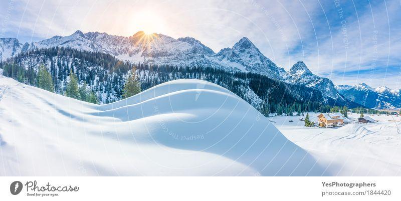Bergdorf und verschneite Alpen Design Freude Ferien & Urlaub & Reisen Tourismus Freiheit Sightseeing Sonne Winter Schnee Winterurlaub Berge u. Gebirge wandern