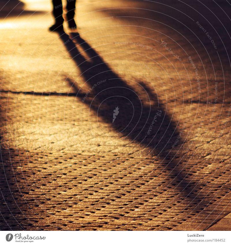 Schattenquelle Mensch schön rot Sonne schwarz gelb Gefühle Wärme Wege & Pfade Stein träumen Beine hell Fuß Zufriedenheit Schuhe