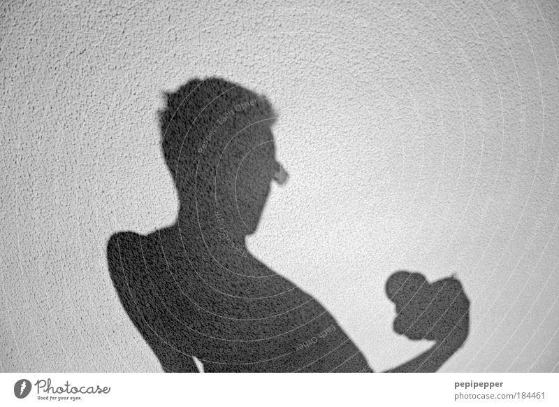 sunlight-shadow I Schwarzweißfoto Außenaufnahme Hintergrund neutral Schatten Kontrast Silhouette Sonnenlicht Zentralperspektive Porträt Oberkörper