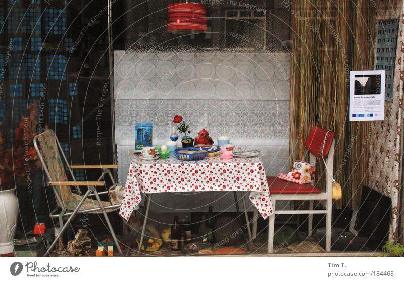 Kunststoffe Farbfoto mehrfarbig Außenaufnahme Innenaufnahme Menschenleer Haus Fenster Kunststoffverpackung Schalen & Schüsseln Frustration Nostalgie Tag