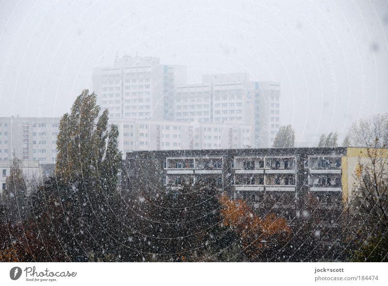 flockig Trübsal blasen Himmel Winter schlechtes Wetter Eis Frost Schneefall Marzahn Architektur Plattenbau Stadthaus Wohnhochhaus Fassade fallen dunkel modern
