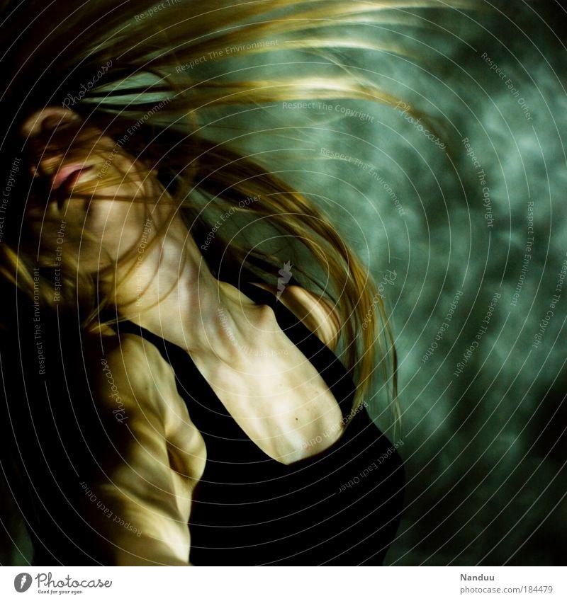 backshake Farbfoto Gedeckte Farben Innenaufnahme Experiment Kunstlicht Lichterscheinung Bewegungsunschärfe Stil Mensch feminin 1 18-30 Jahre Jugendliche