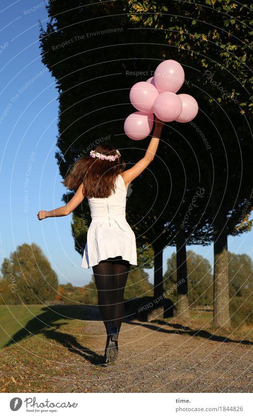 . feminin Frau Erwachsene 1 Mensch Baum Park Wege & Pfade Kleid Strumpfhose Schmuck Haarreif Luftballon Bewegung festhalten laufen springen Freude Lebensfreude