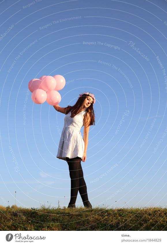 . Mensch schön Erholung Freude Ferne Wärme Leben Wiese feminin Glück Park träumen Zufriedenheit stehen Tanzen Lebensfreude