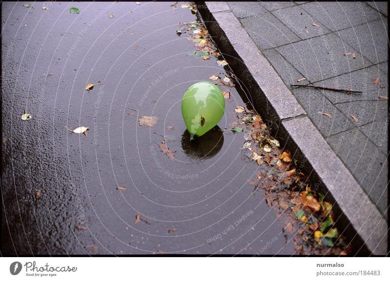 Einsam 2 Wasser Stadt Einsamkeit Straße Spielen Herbst Umwelt Regen Kunst Kindheit ästhetisch Hoffnung Luftballon rund einfach Zeichen