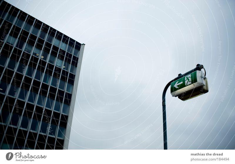 ZUFLUCHTSORT Stadt Wolken dunkel Fenster Regen Architektur Schilder & Markierungen Hochhaus Fassade Sicherheit bedrohlich Pfeil Zeichen leuchten Skyline Hinweisschild