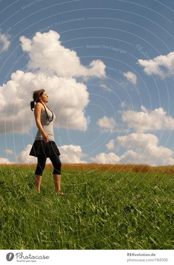 einatmen - ausatmen Frau Himmel Natur Jugendliche Sommer ruhig Erwachsene Einsamkeit Erholung feminin Wiese Gras Glück Gesundheit Zufriedenheit Landschaftsformen