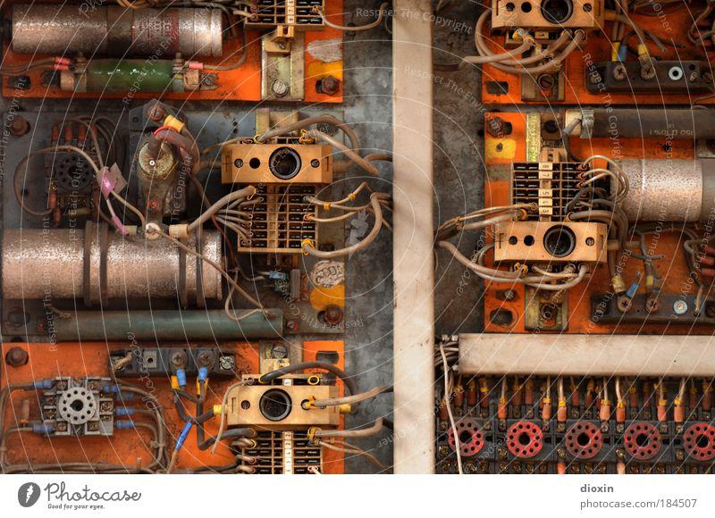 Elektrik-Trick Farbfoto Innenaufnahme Menschenleer Arbeitsplatz Fabrik Energiewirtschaft Kabel Technik & Technologie Energiekrise Metall Kunststoff alt dreckig