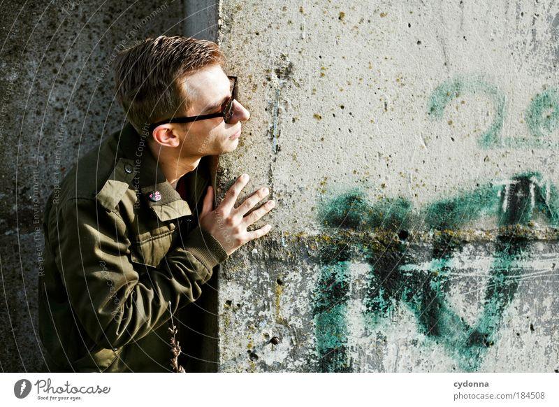 Um die Ecke gedacht Mensch Mann Jugendliche Erwachsene Leben Wand Wege & Pfade Mauer Stil träumen elegant Perspektive planen Lifestyle Sicherheit bedrohlich