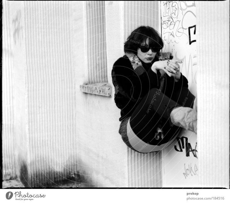 Defunkt Frau Jugendliche feminin Leben Erwachsene Stil Mensch Schwarzweißfoto Sonnenbrille Junge Frau kurzhaarig