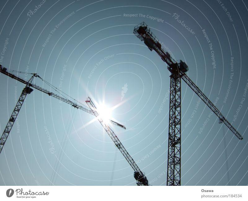 Funkenschlag Kran Baukran Himmel Sonne Stern Ausleger Baustelle bauen Hochbau Blauer Himmel Schönes Wetter Wolkenloser Himmel Träger Fachwerkträger Stahlkabel