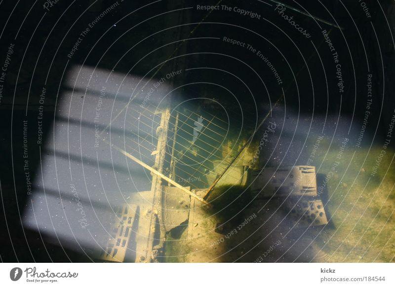 Morast Farbfoto Außenaufnahme Menschenleer Tag Licht Schatten Sonnenlicht Vogelperspektive Blick nach unten Baumaschine Wasser Ruine Bauwerk Stein Metall alt