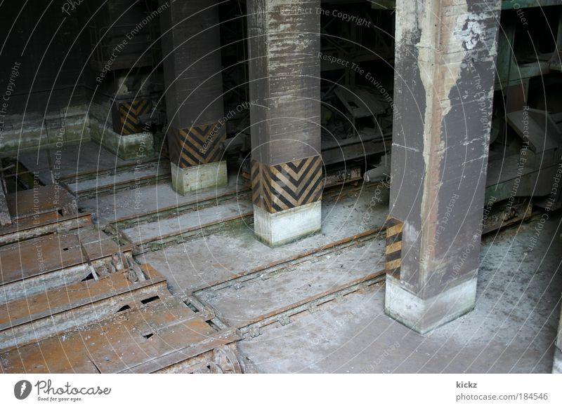 Pfeiler Farbfoto Außenaufnahme Menschenleer Tag Licht Schatten Zentralperspektive Blick nach unten Maschine Energiewirtschaft Duisburg Industrieanlage Fabrik