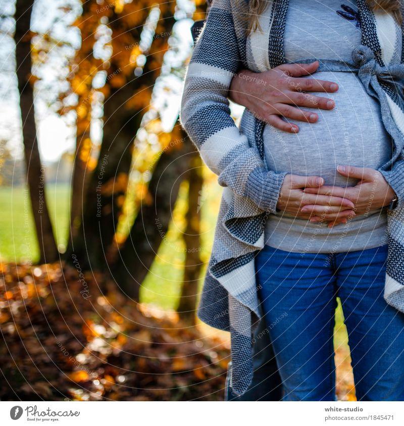 Love ist .... Mensch Frau Jugendliche Junge Frau Hand Erwachsene Leben Herbst Liebe Glück Paar Zusammensein Arme Baby Lebensfreude Mutter
