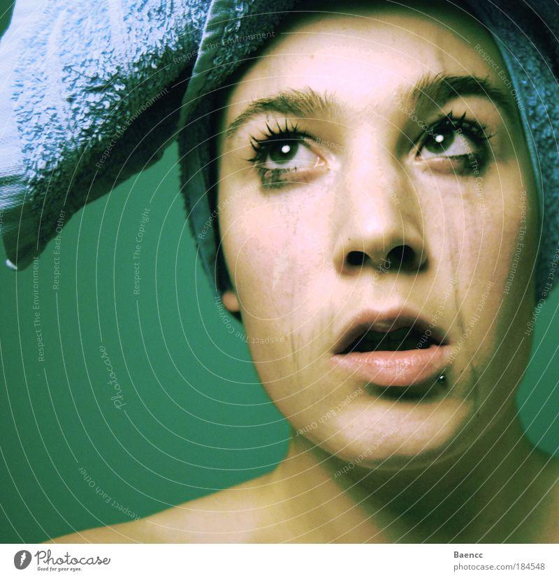 EulenAugenBrau(s)e Farbfoto Innenaufnahme Textfreiraum links Kunstlicht Schatten Kontrast Porträt Blick nach oben Haut Gesicht Schminke Wimperntusche feminin