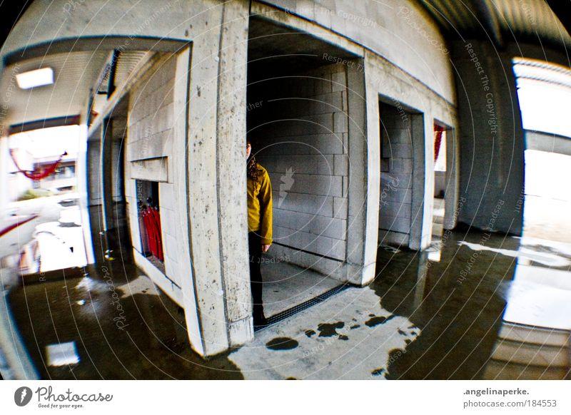 suchbild Mensch Angst dreckig gehen nass Baustelle verstecken Flucht Pfütze Fischauge