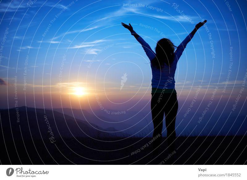 Schattenbild der jungen Frau gegen Sonnenuntergang Mensch Himmel Natur Ferien & Urlaub & Reisen Jugendliche blau Sommer Junge Frau Hand Landschaft rot Wolken