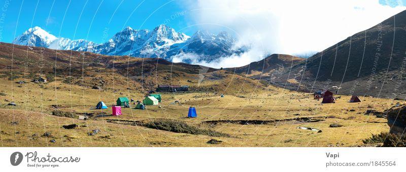 Campingplatz mit Zelten auf der Spitze von hohen Bergen. Panorama Himmel Natur Ferien & Urlaub & Reisen blau weiß Sonne Landschaft rot Wolken Winter