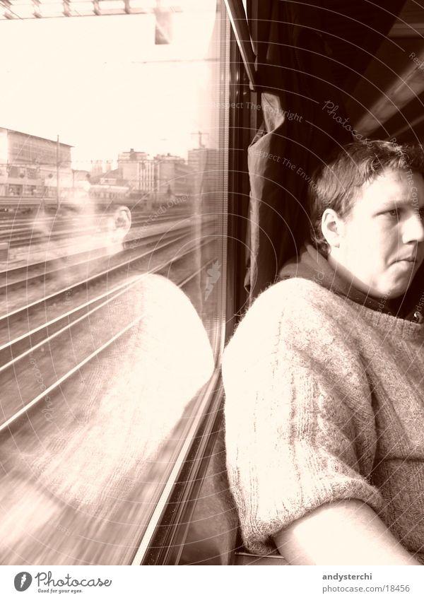 Rückwärst im Zug Mensch Mann Fenster Eisenbahn Fensterscheibe