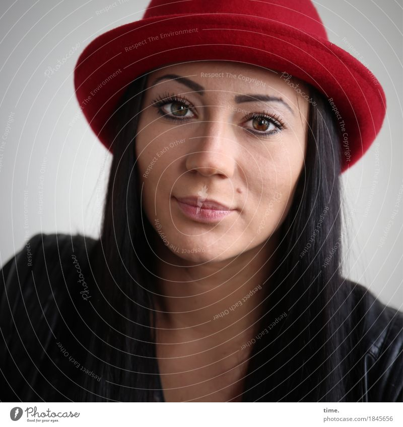 . feminin 1 Mensch Jacke Lederjacke Hut schwarzhaarig langhaarig beobachten Denken Blick warten schön Wärme Zufriedenheit selbstbewußt Willensstärke Vertrauen