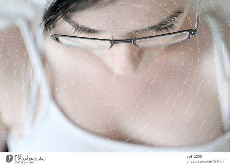 Konzentration Farbfoto Gedeckte Farben Innenaufnahme Nahaufnahme Textfreiraum unten Tag Licht High Key Schwache Tiefenschärfe Porträt Oberkörper Blick nach vorn
