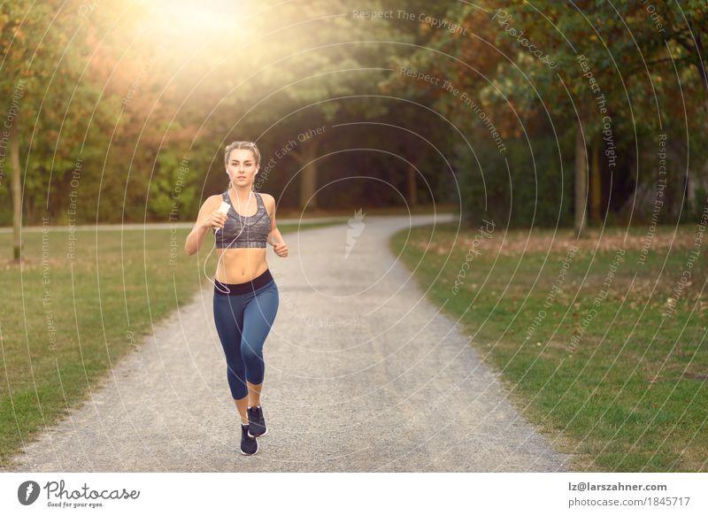Frau, die entlang einer Landstraße beim Hören Musik rüttelt Mensch Jugendliche Farbe Sommer Baum Landschaft 18-30 Jahre Erwachsene Wege & Pfade Lifestyle