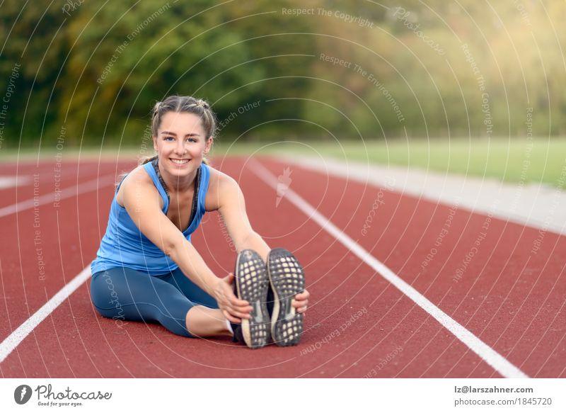 Geeignete junge Frau, die Übungen ausdehnend tut Lifestyle Glück schön Gesicht Sommer Sport Erwachsene 1 Mensch 18-30 Jahre Jugendliche blond Fitness Lächeln