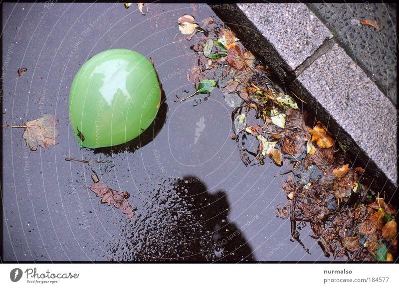 Einsam 3 schön Blatt Straße dunkel Herbst Gefühle springen Spielen Glück Stein Regen Kunst Umwelt Luftballon liegen Freizeit & Hobby