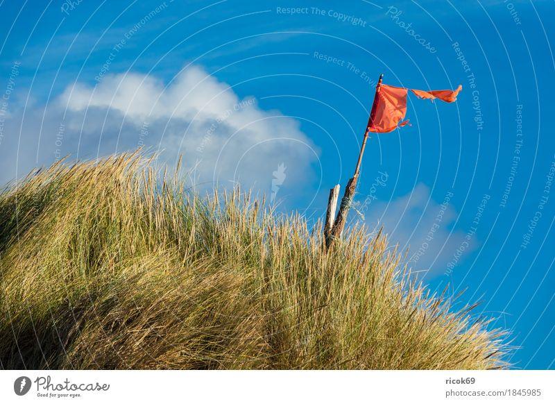 Landschaft mit Dünen auf der Insel Amrum Erholung Ferien & Urlaub & Reisen Tourismus Strand Meer Natur Sand Wolken Herbst Küste Nordsee Fahne blau gelb