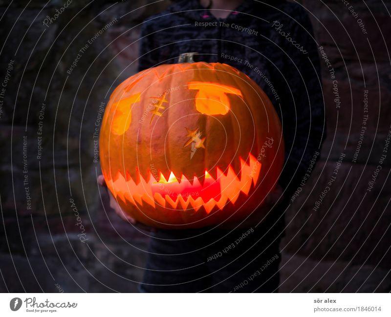 Künstliches Lächeln Kind Mensch dunkel Traurigkeit Gefühle Party Tod orange Angst verrückt bedrohlich Kerze festhalten Todesangst Wut Veranstaltung