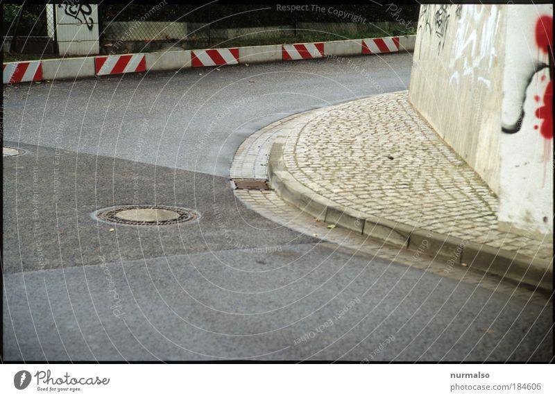 Rechtsabbieger Stadt Umwelt Straße Wand Graffiti Wege & Pfade Mauer Kunst gehen Schilder & Markierungen Verkehr Brücke Sicherheit Streifen Technik & Technologie
