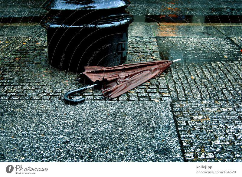 berlin – london 19,– Stadt Arbeit & Erwerbstätigkeit Regen nass Lifestyle kaputt Regenschirm Fußweg Wege & Pfade London Wirtschaft Schirm Pfütze Licht