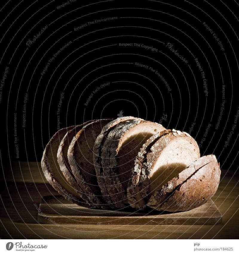 schwarz brot schwarz dunkel Lebensmittel frisch Ernährung Tisch Appetit & Hunger lecker Brot Bioprodukte Scheibe Menschenleer Schneidebrett Möbel Brotscheibe Krustenbrot