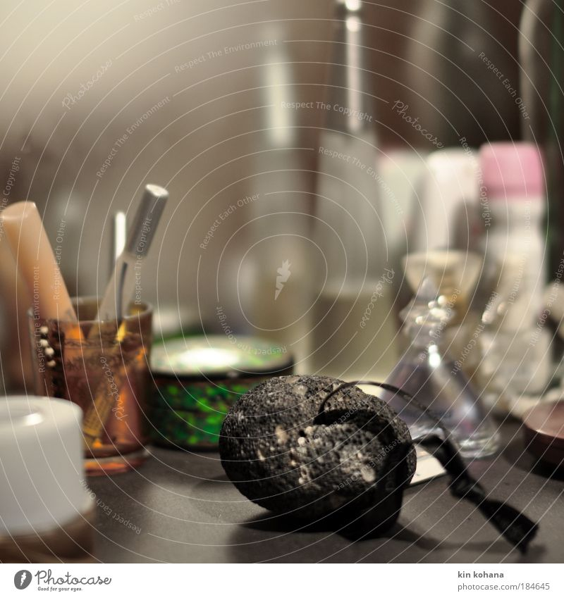 ebenbilder Lifestyle Stil schön Körperpflege Kosmetik Parfum Schminke Bad ausgehen Accessoire Spiegel elegant feminin Farbfoto Innenaufnahme Nahaufnahme