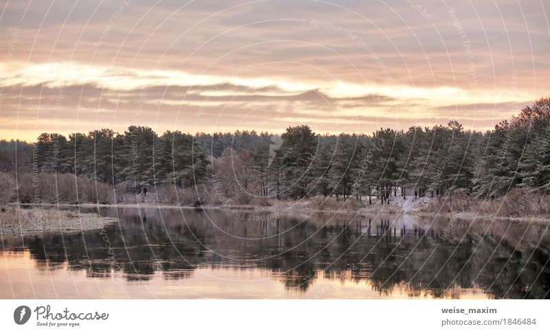 Bewölkte Herbstdämmerung. Erster Schnee am Herbstfluss. Himmel Natur Ferien & Urlaub & Reisen Pflanze Wasser weiß Baum Landschaft Wolken Winter Wald Umwelt gelb