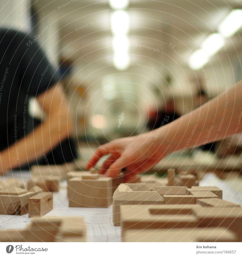 fügung Mensch Hand Erwachsene Architektur Holz Beleuchtung Arbeit & Erwerbstätigkeit Arme Beruf planen Baustelle berühren Konzentration Handwerk Teamwork bauen