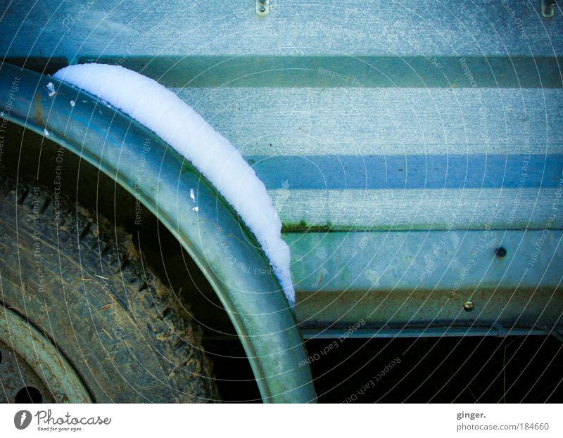 Schnee von gestern alt blau weiß grün Winter kalt Schnee dunkel Metall braun dreckig Streifen Rost Rad schäbig Umwelt