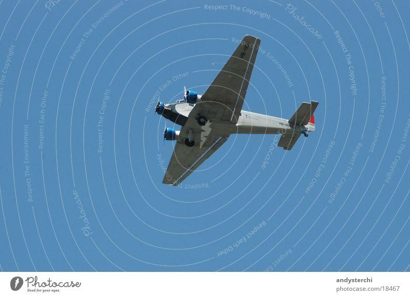 Ju-52 alt Himmel blau Flugzeug Luftverkehr Schönes Wetter Propeller